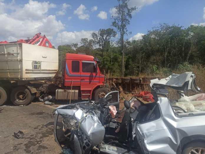 BR 163: acidente entre duas carretas e Saveiro deixa três pessoas gravemente feridas; condutora de utilitário não resistiu e veio a óbito
