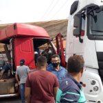 Colisão entre carretas deixa motorista preso nas ferragens em Sinop